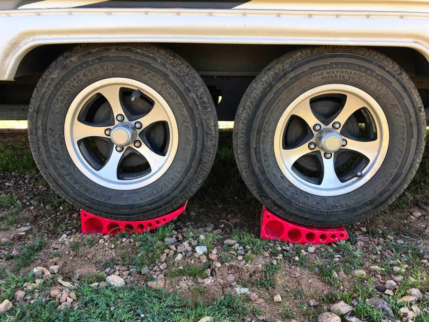 Homeon Wheels 2 Pack Camper Leveler Two Curved Levelers Two Blocks Two Non-Slip Mats One T Level for Trailers Campers 35,000 lb Heavy Duty Leveler Tire Chocks for RV Camper Trailer Truck Motorhome